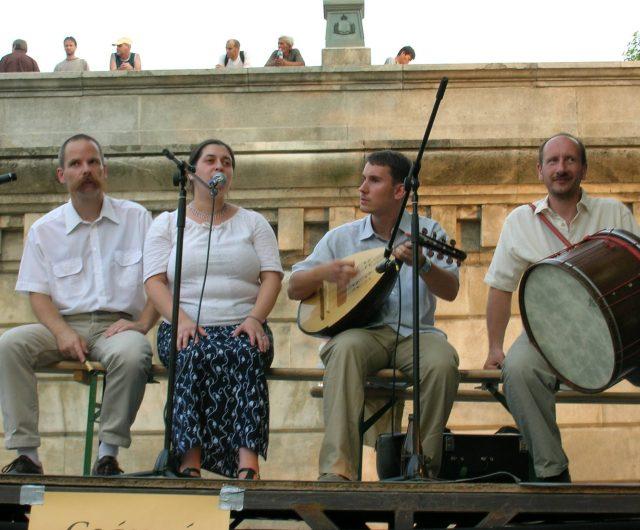 Koncert a moldvai csángó népzenét játszó Sültü Zenekarral és Bakó Katával
