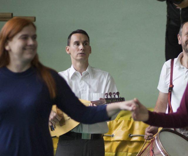 Táncház a moldvai csángó népzenét játszó Sültü Zenekarral