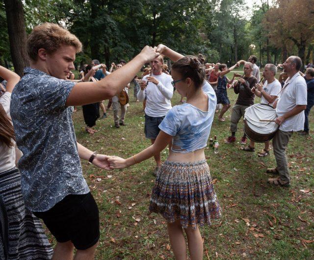 Gyűljünk a rétre – Szabadtéri margitszigeti moldvai csángó táncház a Sültü Zenekarral