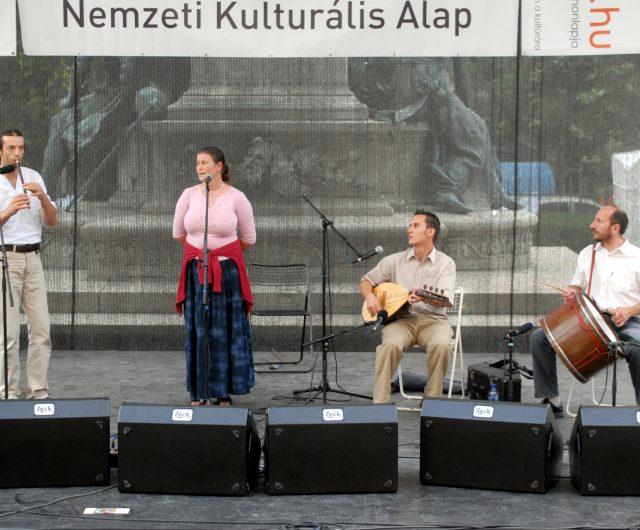 Koncert a moldvai csángó népzenét játszó Sültü Zenekarral