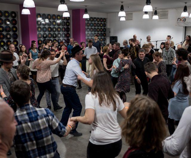 A Sültü Zenekar moldvai csángó táncháza kéthetente szombaton, Budapesten